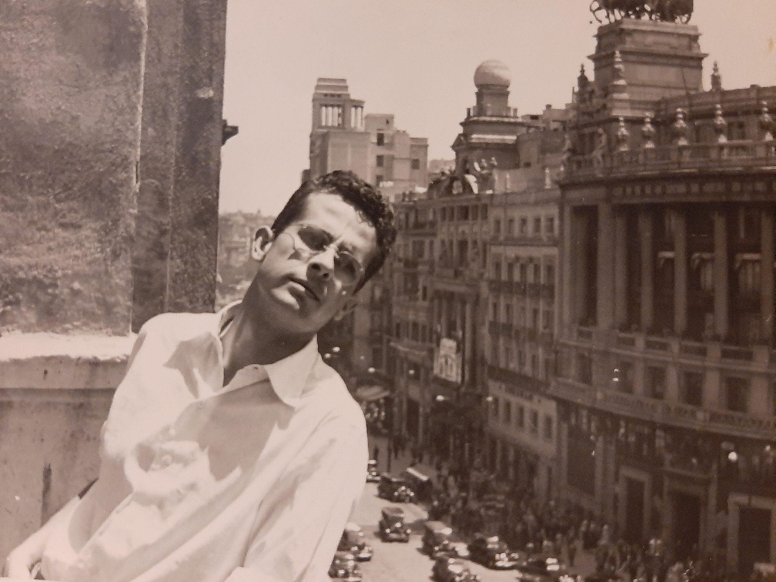 Juan Amo en su época de estudiante en la Escuela Superior de Bellas Artes de San Fernando en Madrid ubicada en la calle Alcalá.